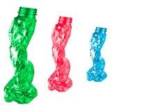 Las botellas plásticas torcidas se forman como cinco personas que caminan en fila en el fondo blanco con el espacio de la copia Imagen de archivo libre de regalías