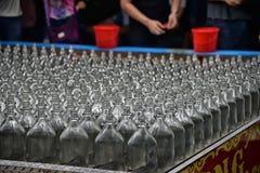 Las botellas transparentes de cristal vacías se colocan en fila Fotografía de archivo libre de regalías