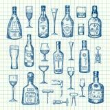 Las botellas y los vidrios dibujados mano de la bebida del alcohol del vector fijaron en del ejemplo de la hoja de la célula stock de ilustración