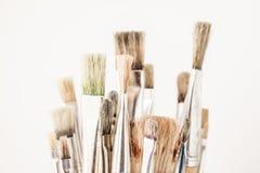Las brochas del artista con los rastros de pintura secada Imagen de archivo libre de regalías