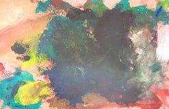 Las brochas usadas con la acuarela fijaron las latas viejas y los colores de la pintura Foto de archivo libre de regalías