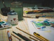 Las brochas y el otro equipo de la pintura para el paintin de la acuarela Imagen de archivo libre de regalías