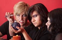 Las brujas mezclan una poción Fotografía de archivo libre de regalías