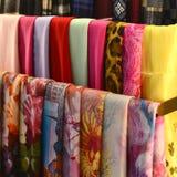 Las bufandas en los estantes en la moda almacenan, se cierran para arriba Foto de archivo libre de regalías