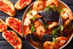 Las bullabesas francesas pescan la sopa con los camarones, los prendederos de pescados y MU fotos de archivo