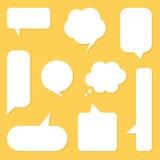 Las burbujas blancas del discurso del diseño plano fijaron, colección en fondo amarillo Fotografía de archivo
