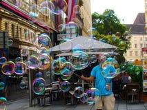 Las burbujas de jabón muestran para la gente en las calles, Viena austria Fotos de archivo