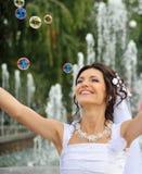 Las burbujas de la novia y de jabón Fotografía de archivo libre de regalías
