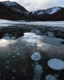 Las burbujas del hielo suben del metano lanzado de la tierra foto de archivo