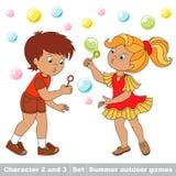Las burbujas vuelan a los dos niños se divierten Fotografía de archivo libre de regalías