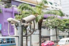 Las cámaras CCTV están instaladas a lo largo de la calle en Bangkok Fotografía de archivo libre de regalías