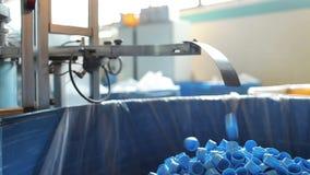 Las cápsulas plásticas azules caen de transportador a almacen de video