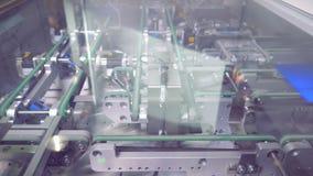 Las células solares azules del módulo van a lo largo de tres filas de la banda transportadora Concepto de la energía limpia almacen de metraje de vídeo