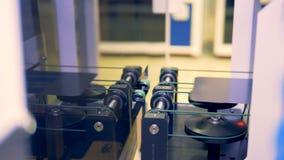 Las células solares del módulo están emergiendo de una máquina del transportador en un piso moderno de la fábrica almacen de video
