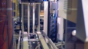 Las células solares del módulo se están enmarcando en una columna en un piso moderno de la fábrica metrajes