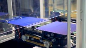 Las células solares del módulo se están moviendo a lo largo de la banda transportadora uno por uno Concepto innovador de la produ almacen de video
