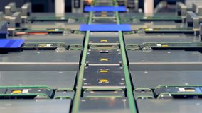Las células solares del módulo se están moviendo a lo largo del transportador Concepto innovador de la producción metrajes
