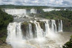 Iguassu baja la Argentina del Brasil imagenes de archivo