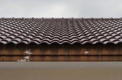 Las caídas de la lluvia en el tejado y el agua viejos bajaron en el abajo Fotos de archivo