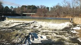 Las caídas en el molino de Sparkhawk en el río real metrajes
