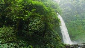 Las caídas en montañas fluyen desde arriba y crujen Fotografía de archivo libre de regalías