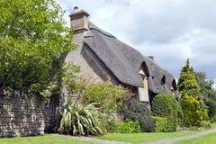 Las cabañas de Cotswolds con los jardines delanteros en verano florecen Foto de archivo libre de regalías