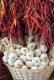 Las cabezas del ajo y el chile rojo en el mercado atascan Fotos de archivo libres de regalías