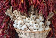 Las cabezas del ajo y el chile rojo en el mercado atascan Fotografía de archivo
