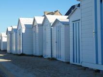 Las cabinas bastante francesas de la playa fotografía de archivo