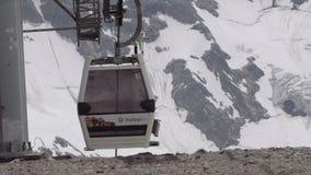 Las cabinas de la elevación de Funitel montan en los cables en montañas pedregosas almacen de video