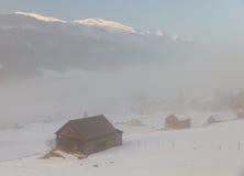 Las cabinas de N en niebla con la montaña rematan pegarse hacia fuera Fotografía de archivo