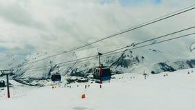 Las cabinas del ferrocarril aéreo se están moviendo a lo largo del funcionamiento de esquí almacen de metraje de vídeo