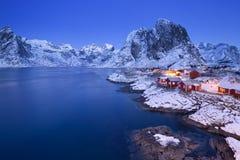 Las cabinas del pescador noruego en el Lofoten en invierno Imagen de archivo