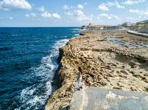 Las cacerolas de la sal de Gozo, Malta según lo visto de un abejón imágenes de archivo libres de regalías