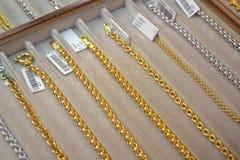 Las cadenas del oro tienen diferentes tipos y formas Imagen de archivo
