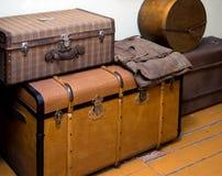 Las cajas antiguas grandes para almacenar cosas se colocan en el piso de madera Foto de archivo libre de regalías