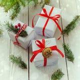 Las cajas blancas adornaron la cinta y el metal rojos Jingle Bell Decoración del día de fiesta de la Navidad Fotografía de archivo