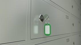 Las cajas de depósito seguro en un banco y la llave con freen la etiqueta Foco bajo, cgi Foto de archivo