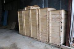 Las cajas de madera para la abeja interna encorchan en un colmenar grande Foto de archivo