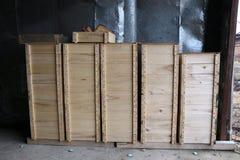 Las cajas de madera para la abeja interna encorchan en un colmenar grande Imagenes de archivo
