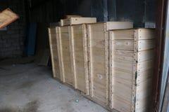 Las cajas de madera para la abeja interna encorchan en un colmenar grande Imágenes de archivo libres de regalías