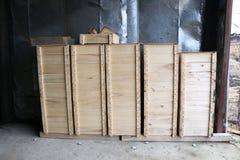 Las cajas de madera para la abeja interna encorchan en un colmenar grande Imagen de archivo