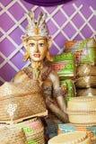 Las cajas de ofrecimiento del bambú y el hombre ceremonial tradicional del balinese figuran Foto de archivo libre de regalías