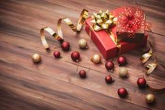Las cajas de regalo clásicas de lujo con la cinta de oro arreglan en la boa de madera imágenes de archivo libres de regalías