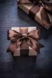 Las cajas de regalo con las cintas atadas en la madera del vintage suben Fotos de archivo libres de regalías