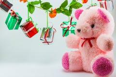 Las cajas de regalo de la Navidad con el peluche refieren el fondo blanco Foto de archivo libre de regalías