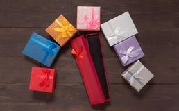 Las cajas de regalo están en el fondo de madera con el espacio vacío Foto de archivo