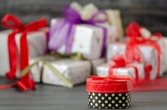 Las cajas de regalo están en el fondo negro imágenes de archivo libres de regalías