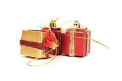 Las cajas de regalo rojo y color oro en el fondo blanco Foto de archivo