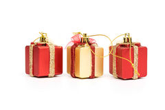Las cajas de regalo rojo y color oro en el fondo blanco Fotos de archivo